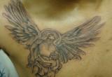 Engel tattoo auf der brust