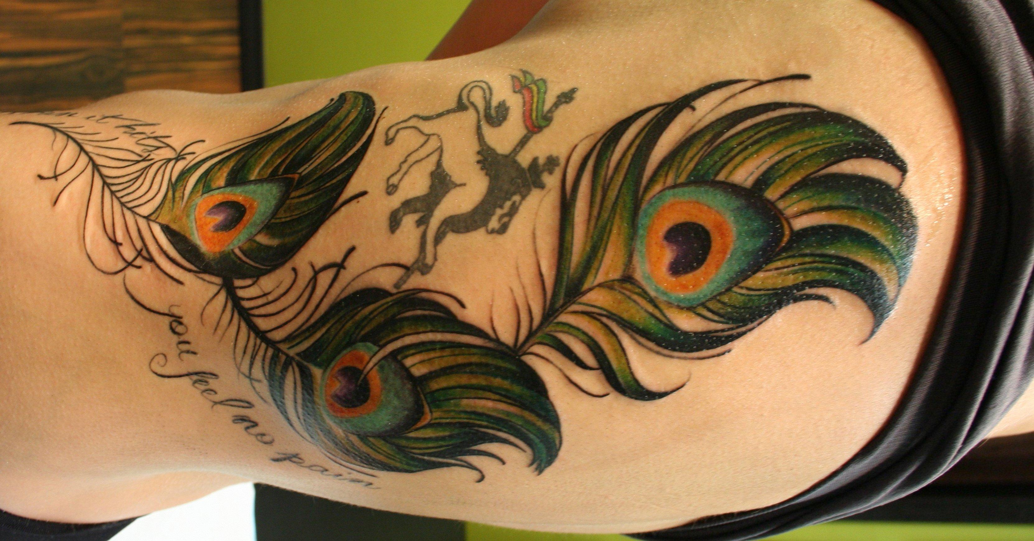Pfau Tattoo Motive und Pfauenfeder Tattoo Bedeutung alletattoo.de 30