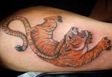 Gelbe Tiger Tattoo Oberarm