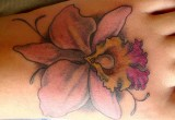 Hawaii blumen orchidee als tattoo am fuss