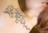 Hawaii blumen orchidee als tattoo am ruecken 2