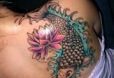 Koi Karpfen Tattoo mit Lotosblumen am Ruecken fuer Frauen