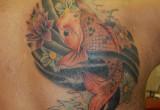 Koi Karpfen und Lotus Blumen Tattoo am Ruecken