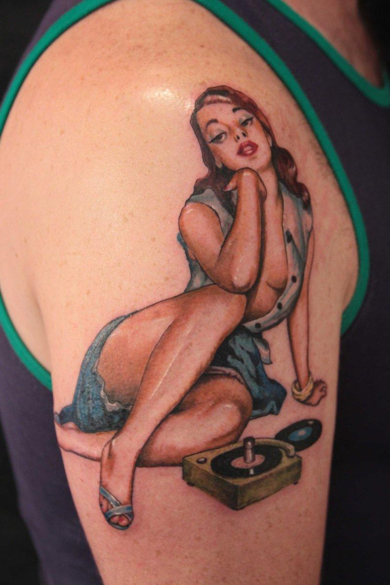 Pin-up-girl-tattoo-am-oberarm-2