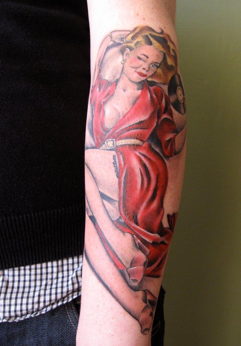 Pin-up-girl-tattoo-am-unterarm-3