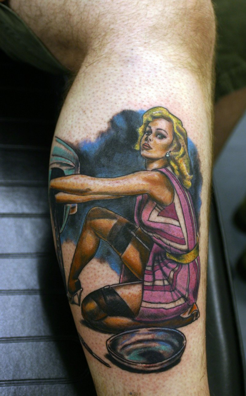 Pin-up-girl-tattoo-fuer-das-Bein
