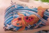Rote Koi schwimmen Tattoo