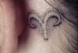 Widder Sternzeichen Tattoo Hinter dem Ohr