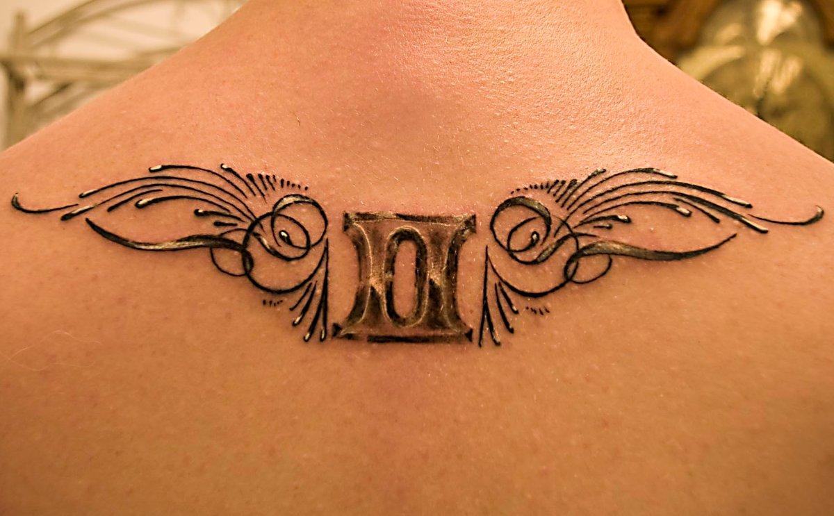 Fluegel-mit-Zwillinge-Sternzeichen-Tattoo-am-Ruecken