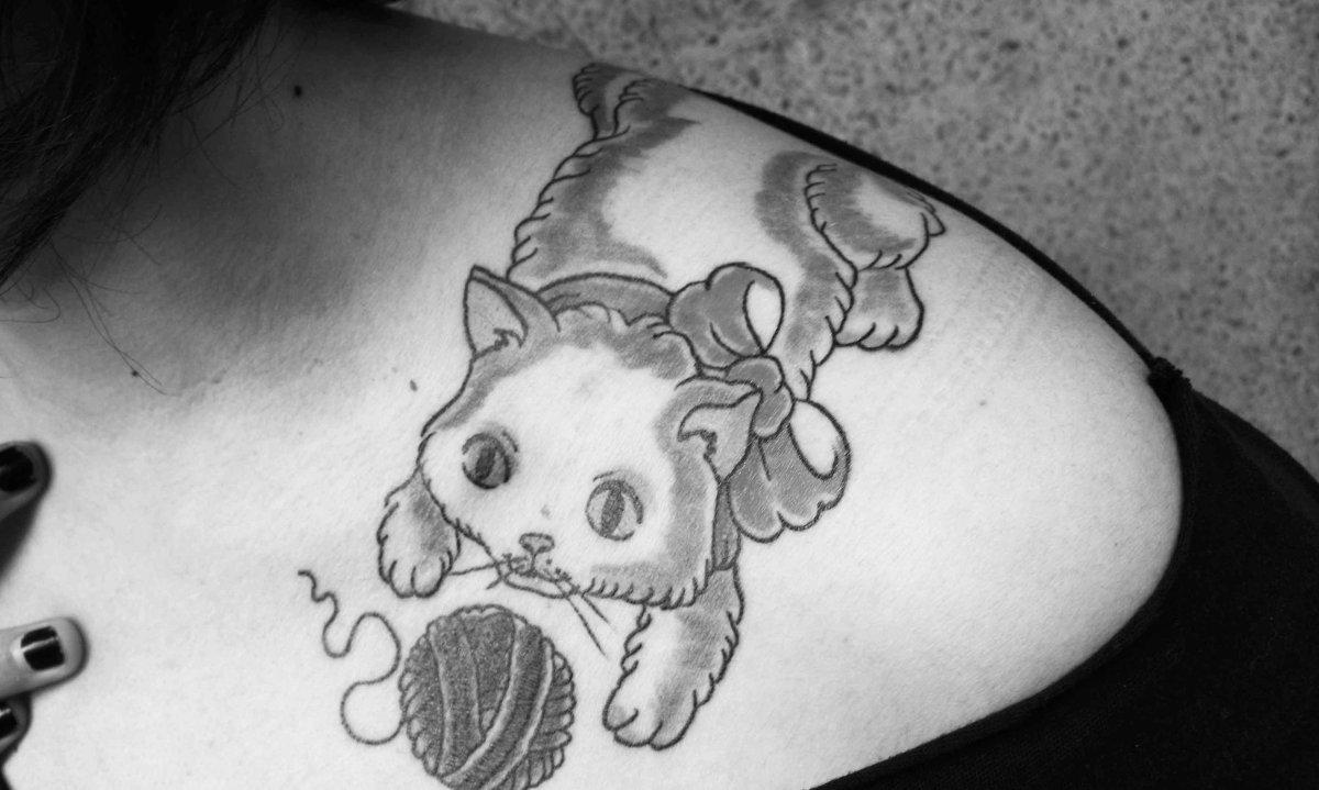 Katze-Tattoo-am-Schultergelenk