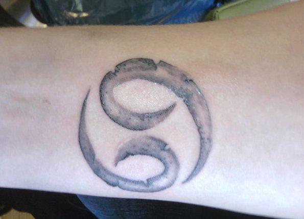 Krebs-Sternzeichen-Tattoo-am-Unterarm