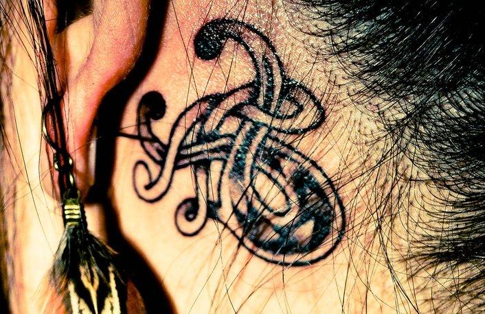 Stier-Sternzeichen-Tattoo-hinter-dem-Ohr