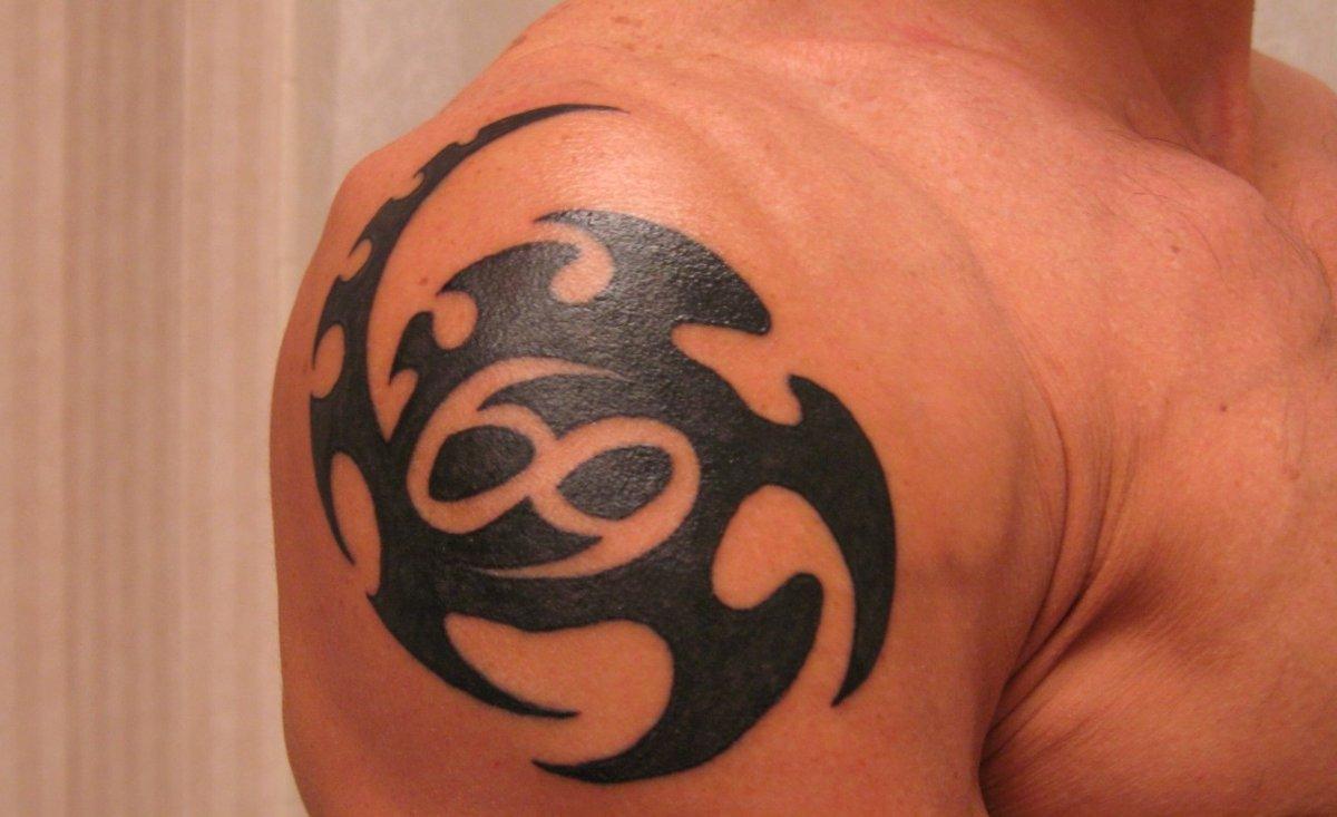 Tribal-Krebs-Sternzeichen-Tattoo-fuer-Maenner