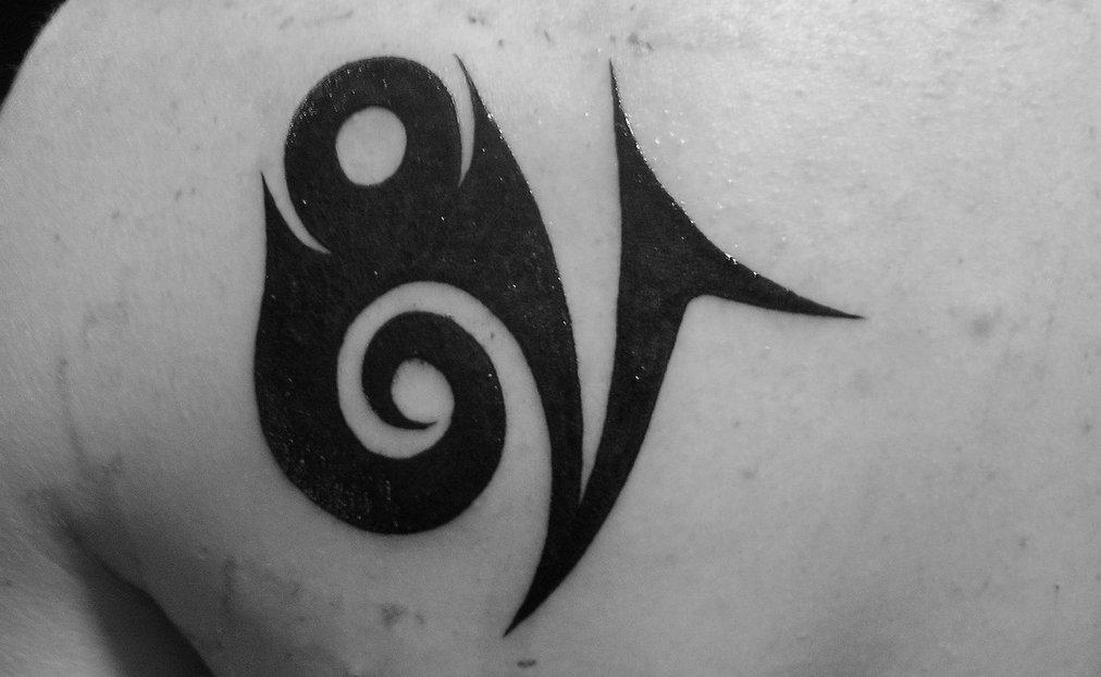 Tribal-Steinbock-Sternzeichen-Tattoo-am-Ruecken