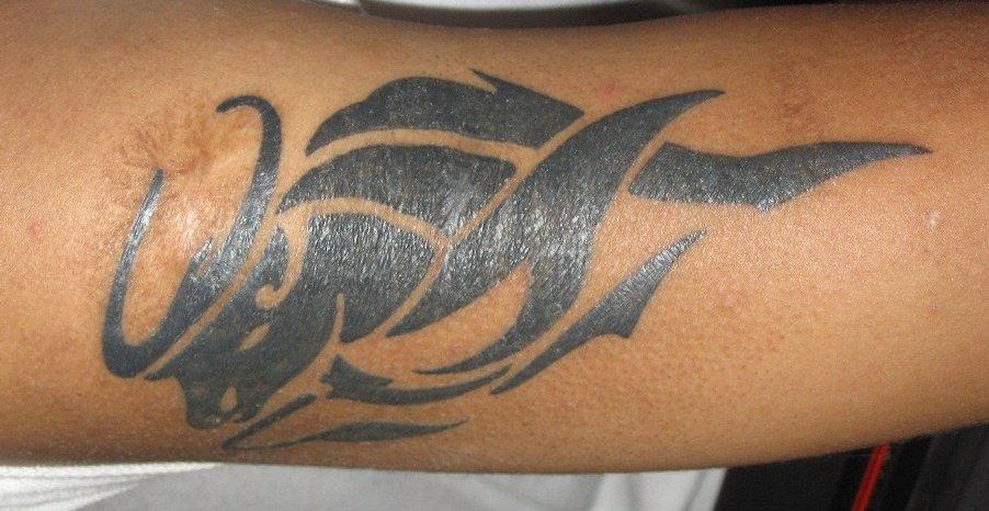 Tribal-Stier-Sternzeichen-Tattoo-am-Oberarm