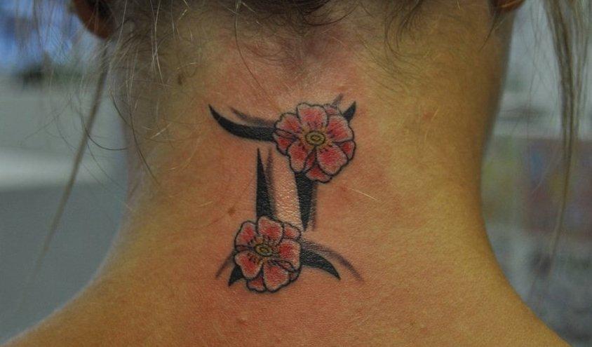 Zwillinge-Sternzeichen-Tattoo-mit-Blumen-im-Nacken-Frau