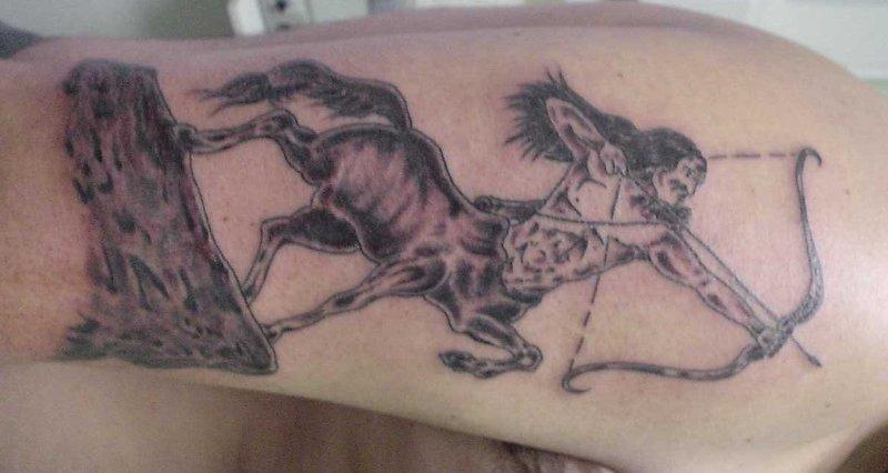 Kentaur-Schuetzen-Tattoo-auf-Oberarm