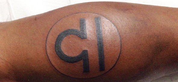 Waage-Sternzeichen-Tattoo-fuer-das-Bein