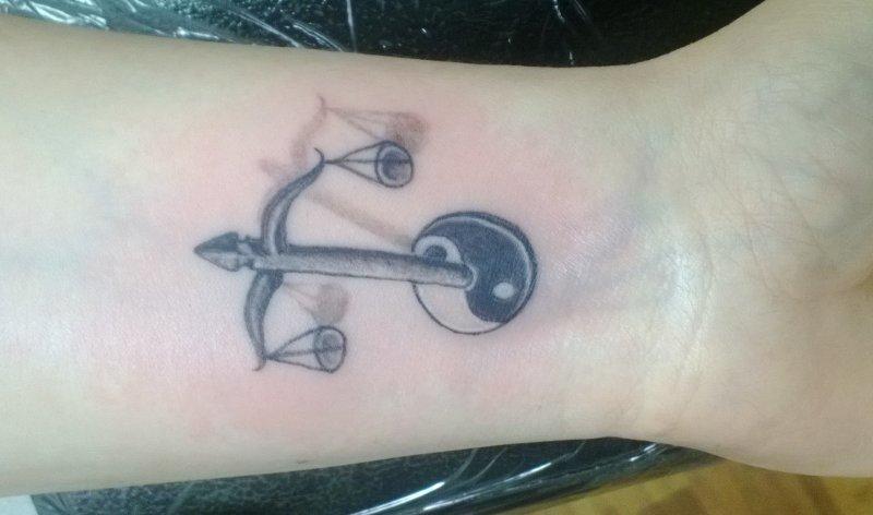 Waage-Sternzeichen-Tattoo-mit-Yin-Yang-am-Unterarm